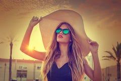 Las gafas de sol y Pamela adolescentes rubias de la muchacha asolean el sombrero Fotografía de archivo