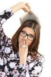 Las gafas que llevan de la mujer joven sostienen el libro disponible Foto de archivo libre de regalías