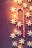 Las galletas alemanas tradicionales de la Navidad se dirigen las estrellas esmaltadas cocidas del canela con el caramelo Nuts Can foto de archivo libre de regalías