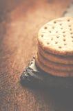 Las galletas apilan juntas en la piedra negra, fondo de madera Copie s Imagen de archivo libre de regalías