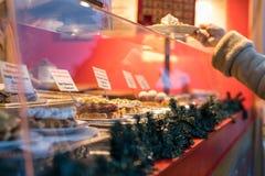 Las galletas calientes, frescas en oferta en la Navidad de Gendarmenmarkt comercializan i Imagen de archivo libre de regalías