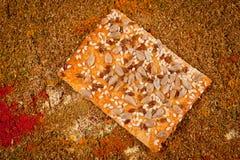 Las galletas con las semillas de sésamo, semillas de girasol tiraron el primer imagen de archivo