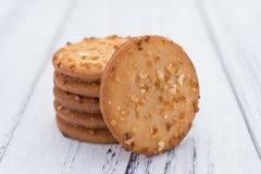Las galletas curruscantes con el cacahuete apilan para arriba en la madera blanca Foto de archivo libre de regalías