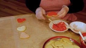 Las galletas de azúcar hechas en casa sabrosas de la tarjeta del día de San Valentín de la abuela, hechas con amor y frescas fuer
