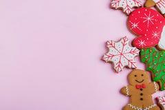 Las galletas de diverso ` s del Año Nuevo forman en un fondo rosado, espacio libre para el texto Fotos de archivo
