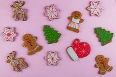 Las galletas de diverso ` s del Año Nuevo forman en un fondo rosado Feliz Año Nuevo y Feliz Navidad Imagenes de archivo