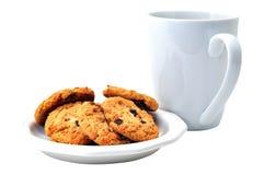 Las galletas de harina de avena en la placa y el café aislaron Foto de archivo