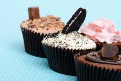 Las galletas de la fresa del chocolate y la taza poner crema se apelmazan en el mantel del vintage Fotografía de archivo