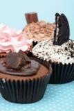 Las galletas de la fresa del chocolate y la taza poner crema se apelmazan en el mantel del vintage Imágenes de archivo libres de regalías