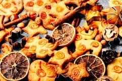 Las galletas de la Navidad adornaron anaranjado foto de archivo