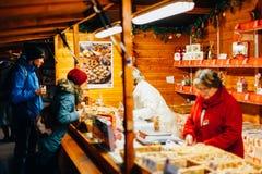 Las galletas de la Navidad apelmazan las comidas taasted por los clientes en marcha Imagen de archivo libre de regalías