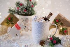 Las galletas de la Navidad con la decoración festiva en la forma de un perro y de una taza blanca de la Navidad picante caliente  Fotografía de archivo libre de regalías