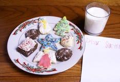 Las galletas de la Navidad ordeñan y esconden la nota para Santa imagen de archivo