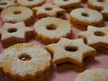 Las galletas de Linzer de la Navidad se cierran para arriba fotos de archivo