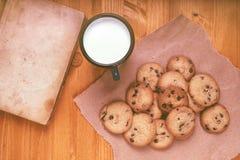 Las galletas de microprocesador de chocolate, la taza de la leche y el vintage hechos en casa reservan foto de archivo libre de regalías