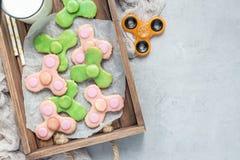 Las galletas de torta dulce hechas en casa en juguete de moda del hilandero forman, visión horizontal, superior, espacio de la co Fotos de archivo
