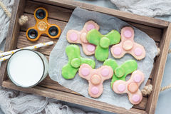 Las galletas de torta dulce hechas en casa hechas en juguete de moda del hilandero forman, visión superior Fotos de archivo