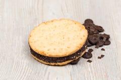 Las galletas del chocolate en la tabla Fotos de archivo