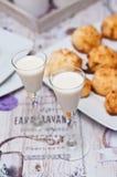 Las galletas del coco con malibu beben vida inmóvil Foto de archivo libre de regalías