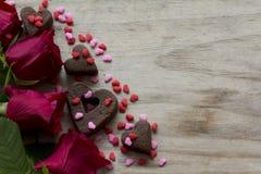 Las galletas del corazón de las rosas y asperjan Fotografía de archivo libre de regalías