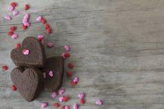 Las galletas del corazón en la tabla con asperjan Imágenes de archivo libres de regalías