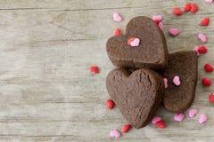 Las galletas del corazón en la tabla con asperjan cerca para arriba Fotos de archivo