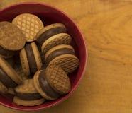 Las galletas del cuenco encendido woden las galletas del surfacebowl encendido woden la superficie Imagen de archivo libre de regalías
