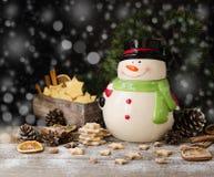Las galletas del pan de jengibre de la Navidad protagonizan con un tarro del muñeco de nieve en una tabla de madera, foco selecti Imagen de archivo libre de regalías