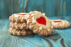 Las galletas dulces de la jalea con el relleno rojo les gusta un corazón Imagen de archivo libre de regalías