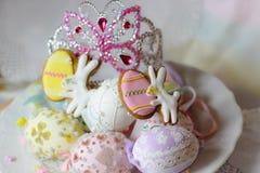 las galletas en colores pastel felices del conejito de los eastereggs de pascua presentan la tiara de la corona de la princesa Imagen de archivo