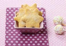 Las galletas en estrella forman y la torta blanca hace estallar Fotos de archivo libres de regalías