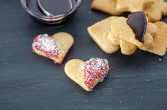 Las galletas en forma de corazón están en la tabla fotografía de archivo libre de regalías