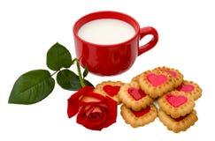 Las galletas en forma de corazón y subieron Imagen de archivo libre de regalías