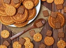 Las galletas están en la tabla Imagen de archivo libre de regalías