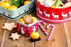 Las galletas hechas en casa del pan de jengibre de la Navidad en la Navidad de madera del fondo tratan el fondo cambiante C horiz Foto de archivo libre de regalías