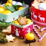 Las galletas hechas en casa del pan de jengibre de la Navidad en la Navidad de madera del fondo tratan el caramelo cambiante de l Fotografía de archivo