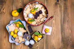 Las galletas hechas en casa del pan de jengibre de la Navidad en la Navidad de madera del fondo tratan el poli cambiante de la op Foto de archivo libre de regalías