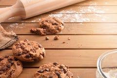 Las galletas hechas a mano del chocolate en la tabla de rejilla de madera elevaron la visión foto de archivo libre de regalías