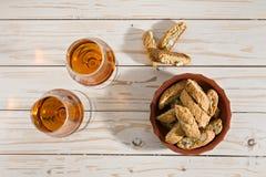 Las galletas italianas del cantucci y dos vidrios de santo del vin wine Imágenes de archivo libres de regalías