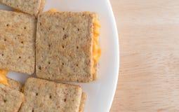 Las galletas llenadas queso en un top blanco de la placa cierran la visión Imágenes de archivo libres de regalías