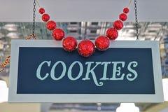 Las galletas platean con la Navidad que adorna bolas rojas Imágenes de archivo libres de regalías