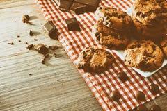 Las galletas redondas en plato con el chocolate negro elevaron el vintage foto de archivo libre de regalías