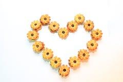 Las galletas rellenas con la piña arreglaron en una forma del corazón Foto de archivo libre de regalías