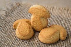 Las galletas rubicundas en la forma de seta tiraron encendido en el fondo rústico natural, delicioso hecho en casa Fotos de archivo libres de regalías
