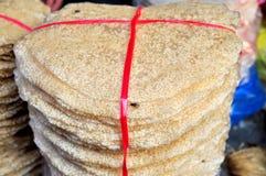 Las galletas s del arroz están para la venta en un mercado local en Vietnam Foto de archivo libre de regalías