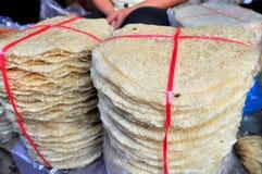 Las galletas s del arroz están para la venta en un mercado local en Vietnam Imagen de archivo