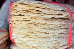 Las galletas s del arroz están para la venta en un mercado local en Vietnam Imagen de archivo libre de regalías