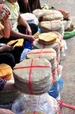 Las galletas s del arroz están para la venta en un mercado local en Vietnam Imágenes de archivo libres de regalías