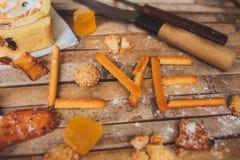 Las galletas se apelmazan en DA del tablero de la tarjeta del día de San Valentín formada amor rústico marrón Foto de archivo