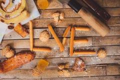 Las galletas se apelmazan en DA del tablero de la tarjeta del día de San Valentín formada amor rústico marrón Fotos de archivo libres de regalías